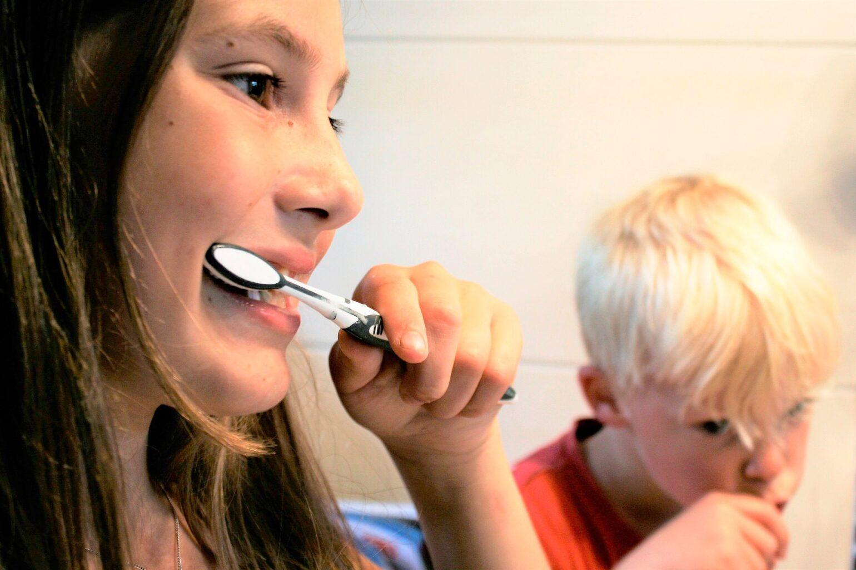 ¿Cómo hacer que los niños se cepillen los dientes?